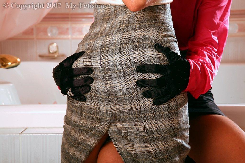 Лесбочки трогают киски не снимая шелковых одежд