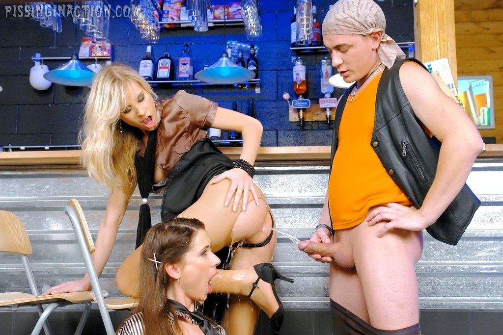 Сношаются и обсыкаются возле барной стойки