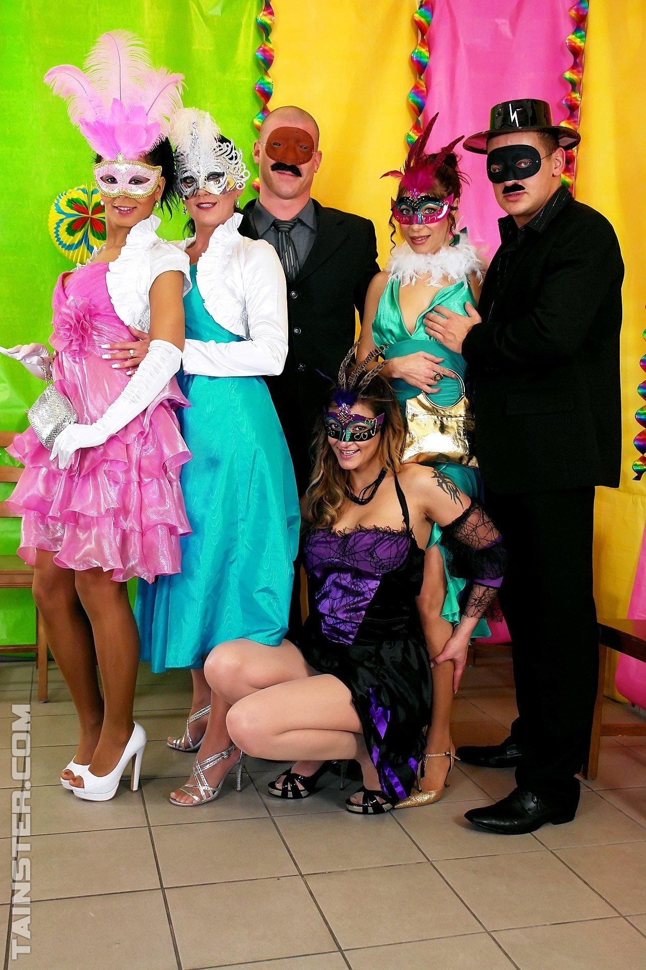 Дикий секс в одежде на карнавале
