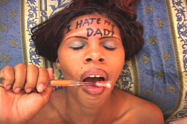 Мулатка чистит зубы спермой после минета