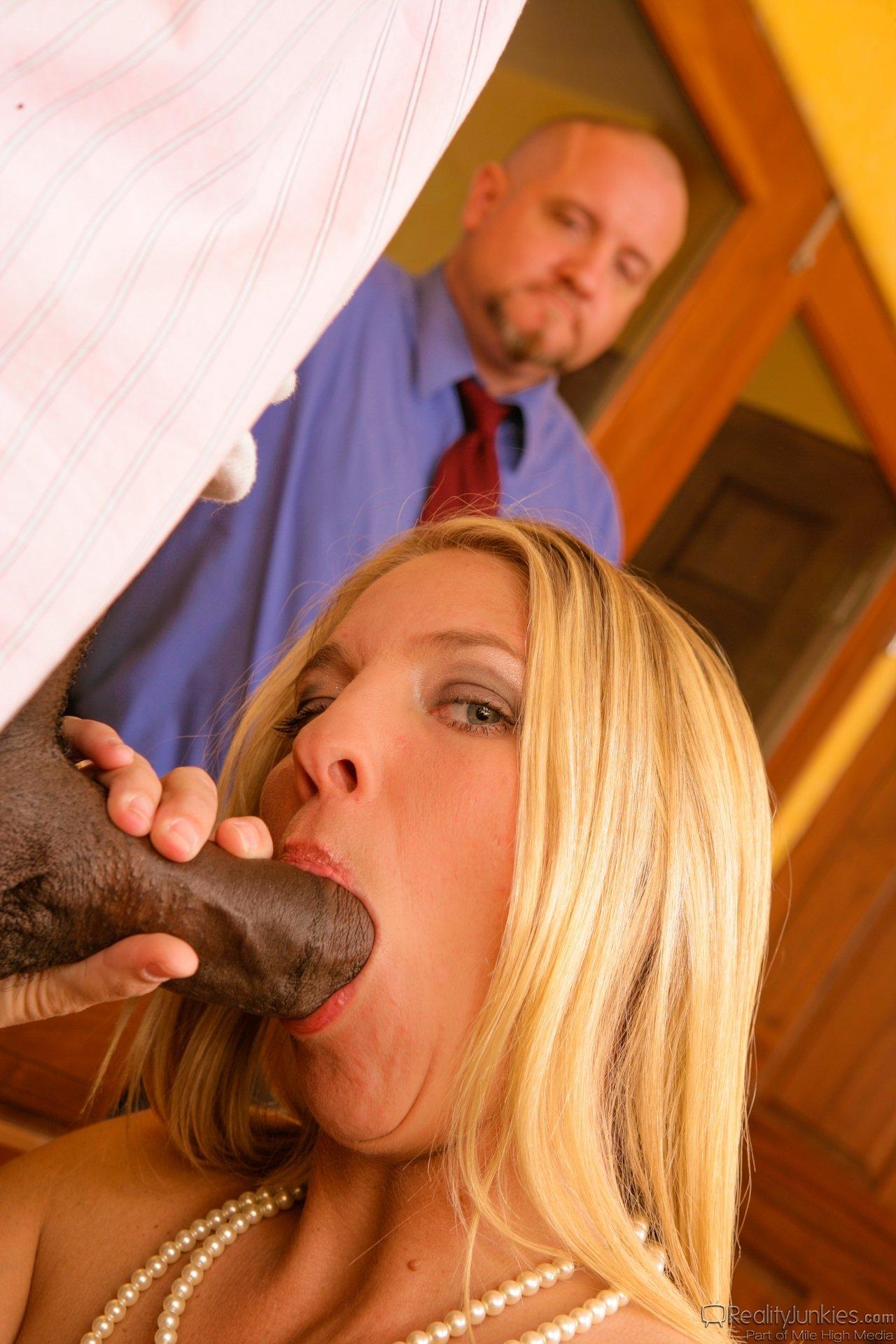 Мужик смотрит как негр трахнул и обкончал его жену
