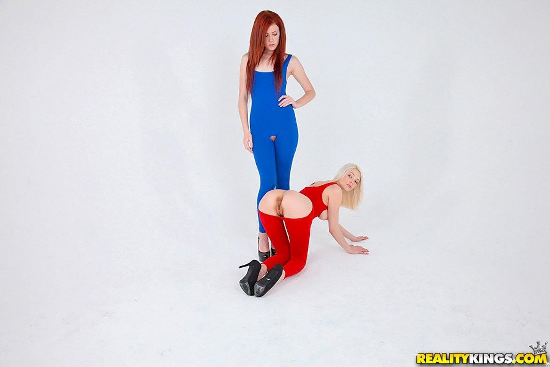 Рыжая лизнула анус у блондинки, а потом они поменялись местами