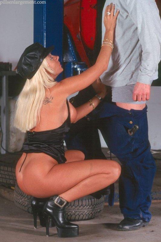 В автомастерской блондинка трахается раком и в других позах