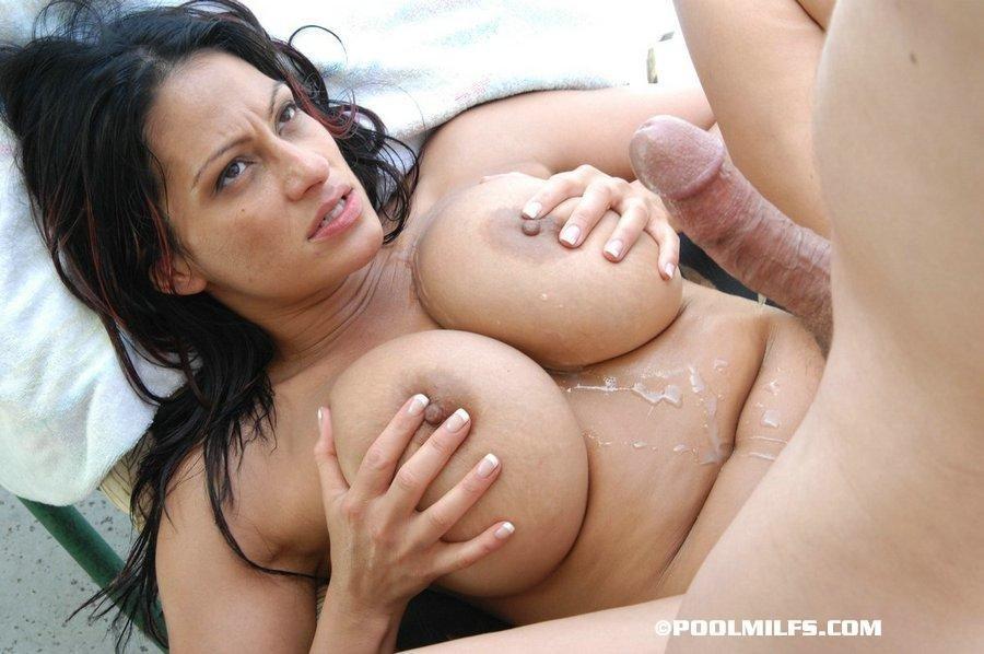 После ебли сочная баба облизывается спермой