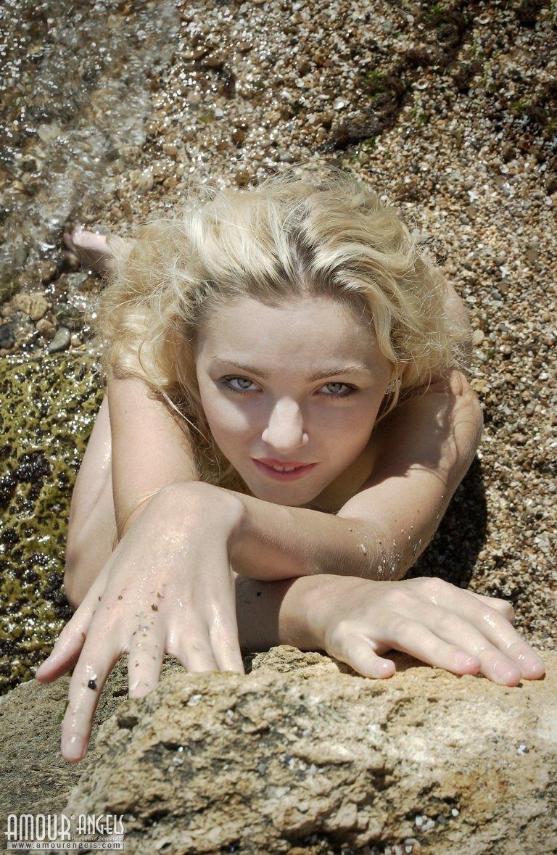 Белокурая милаха разделась на скалистом берегу