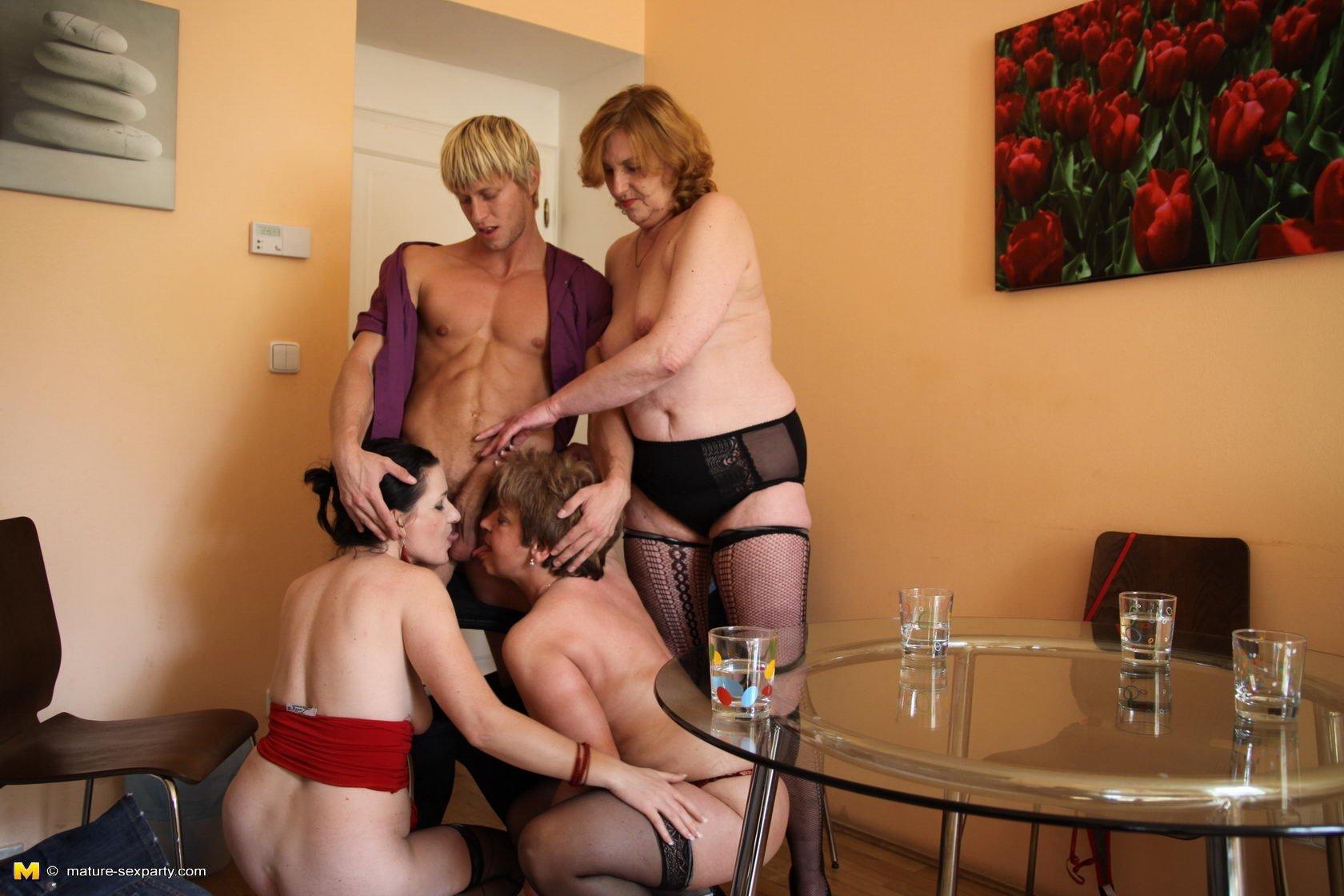 Игры взрослых женщин с молодыми порно — pic 9