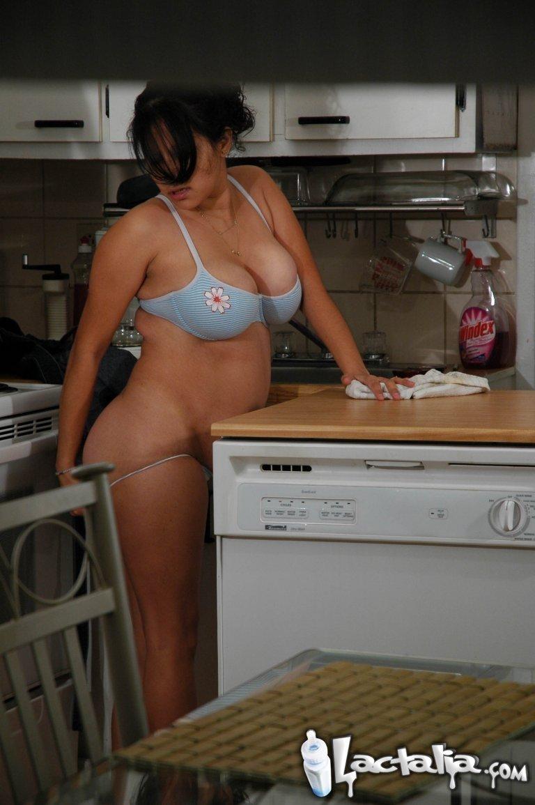 Беременной приспичило мастурбировать с утра на кухне