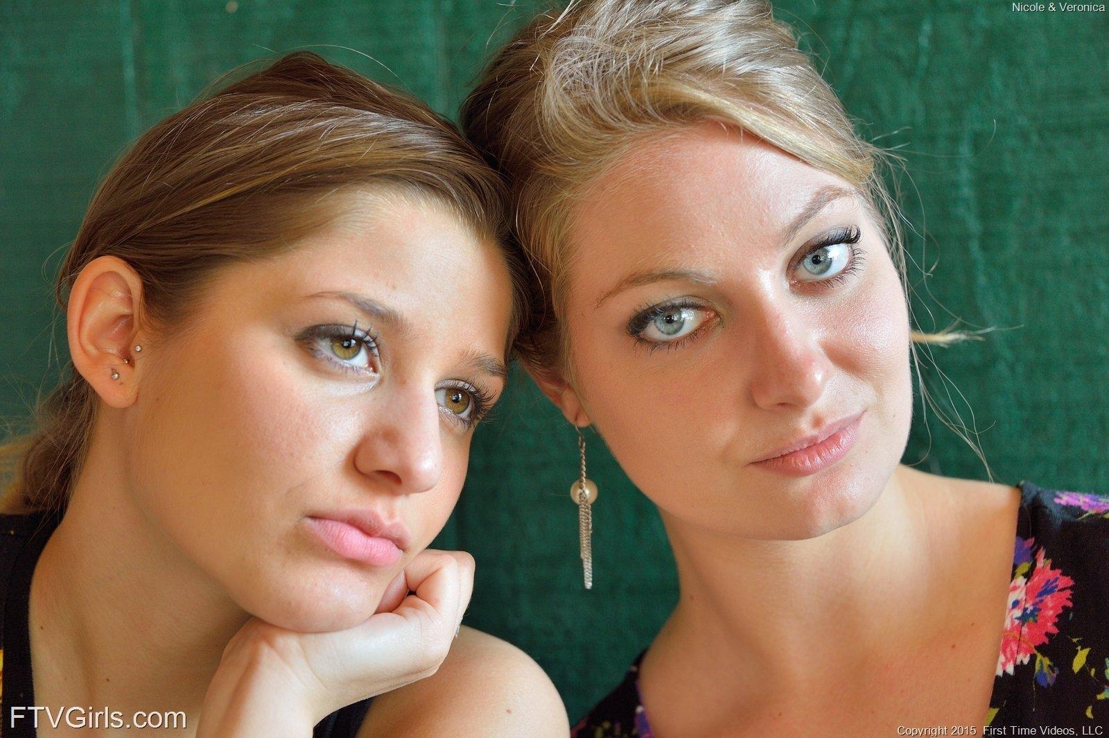 Две подружки эксгибиционистки светят пездами на улице под платьем