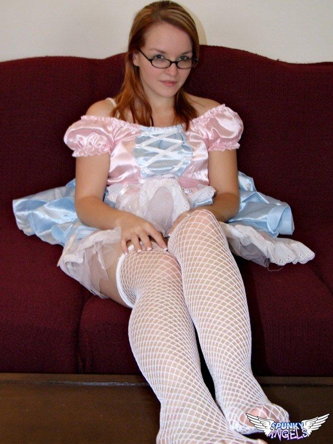 Слегка пухлые ножки девушки в белых чулках