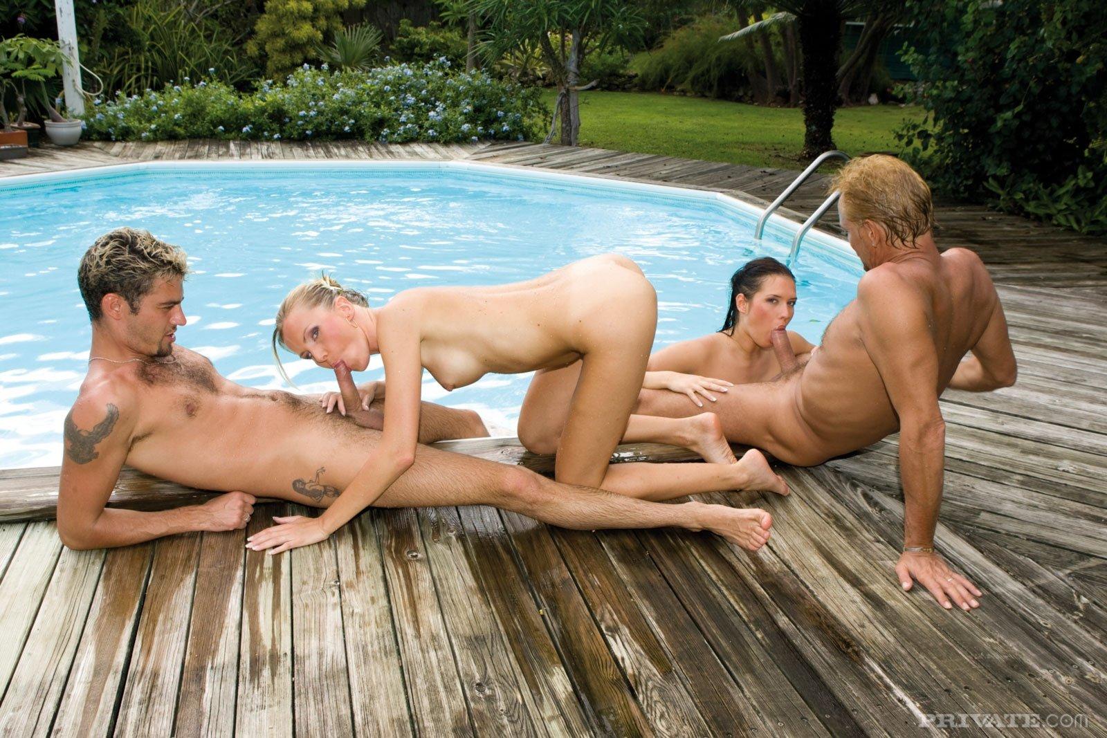 ЖМЖМ возле бассейна
