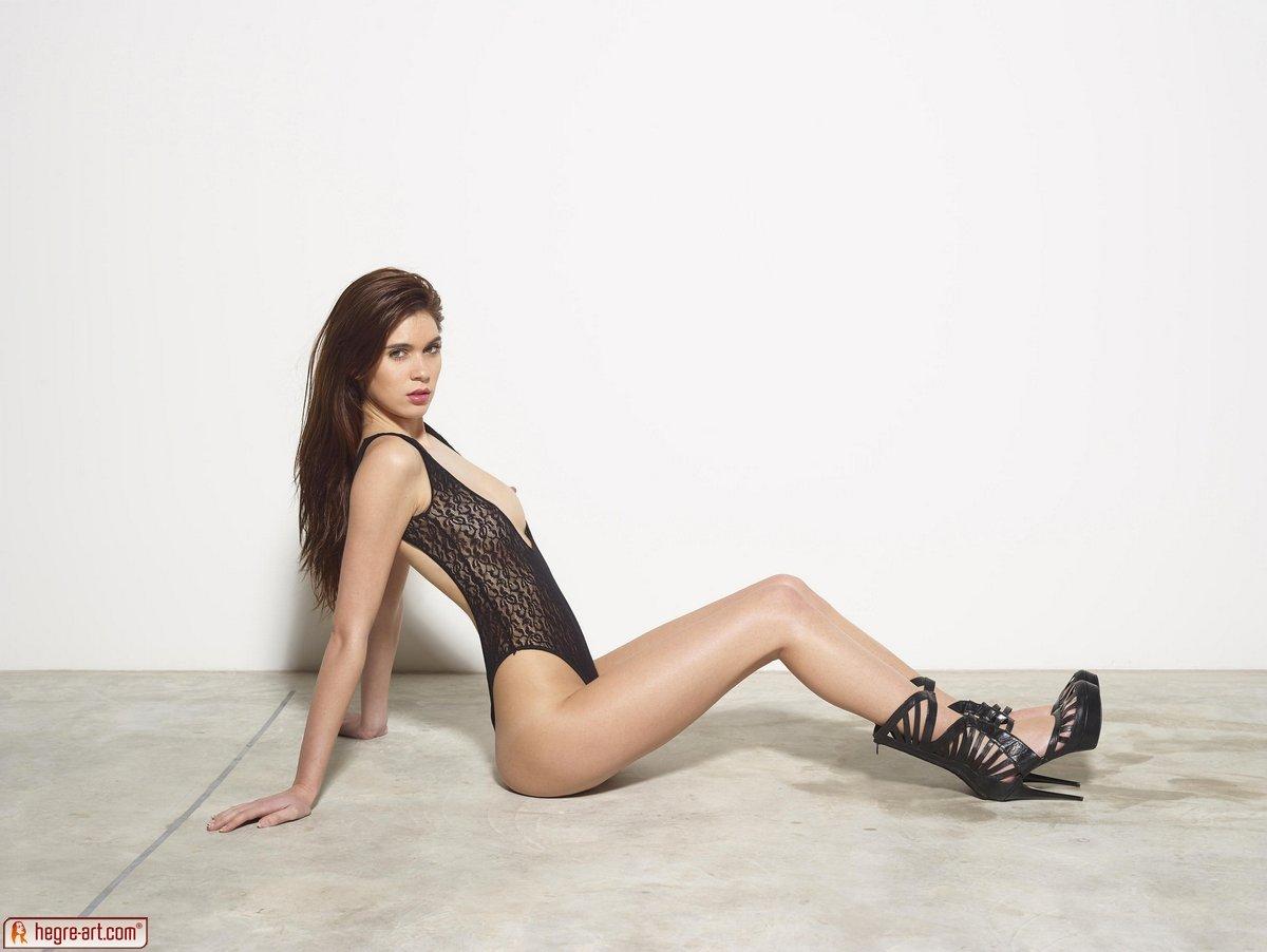 Эротичная фотосессия стройной девушки
