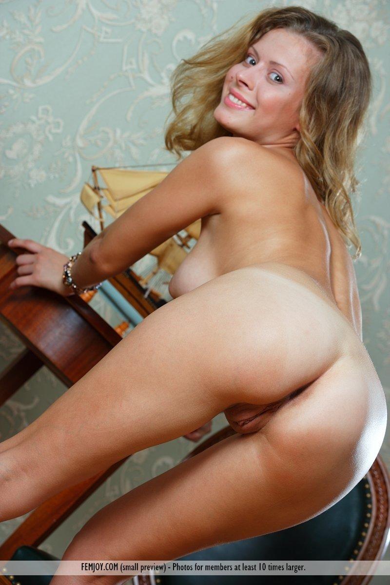 Худенькая блонда на каблуках раздевается полностью