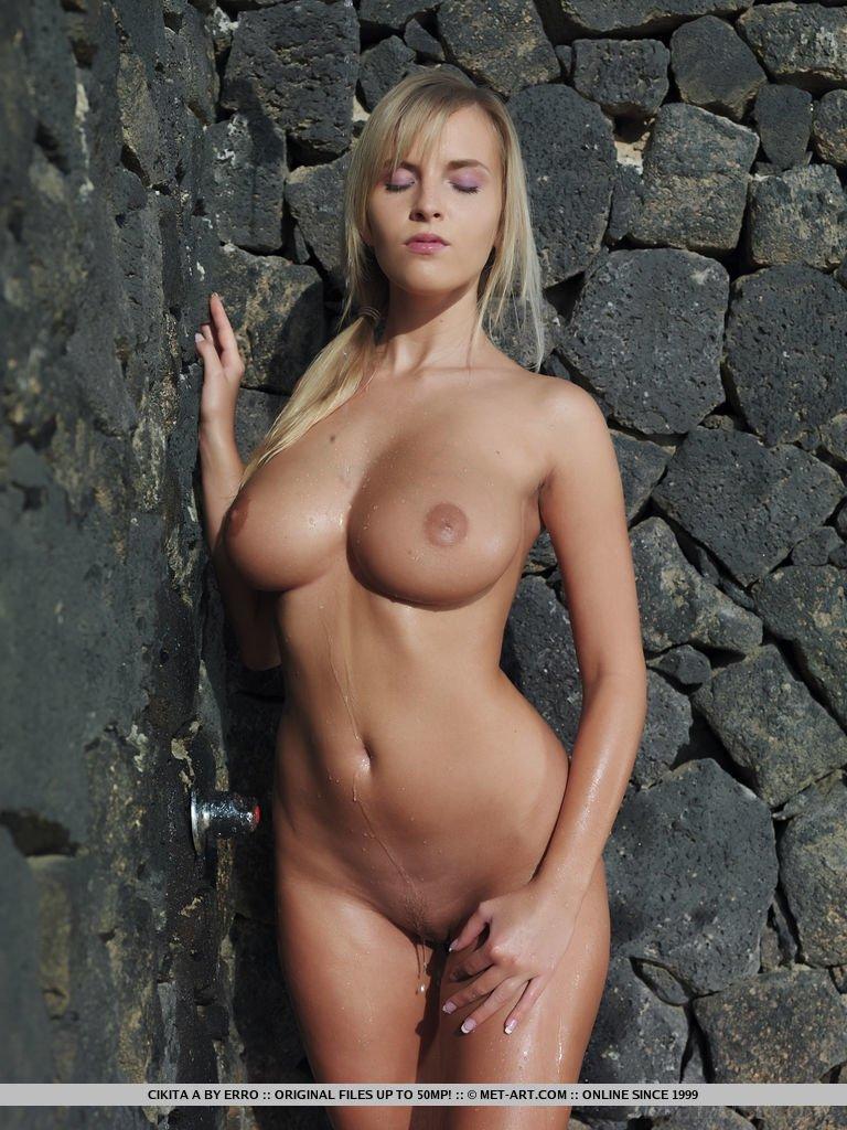 Эротичное позирование сисястой блондиночки
