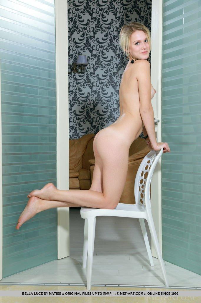Стройная блондинка показывает эротику в дверном проеме