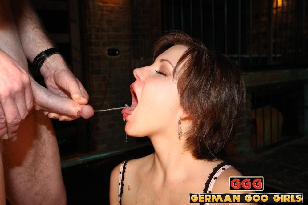 Рыжую девушку ебут в рот и дают лизать жопу