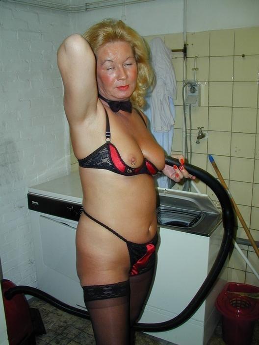 Ее пожилая киска хочет ласки