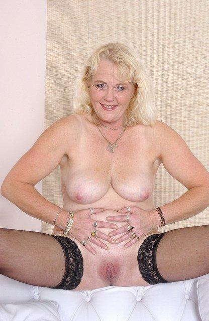 Пожилая блондинка в чулках с голой пиздой