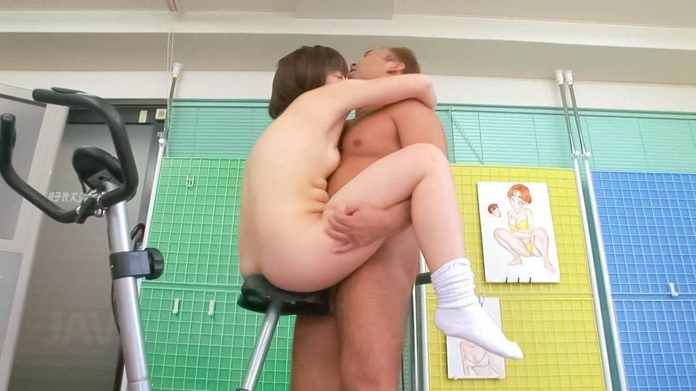 Тренер порет молодую азиатку в спортзале