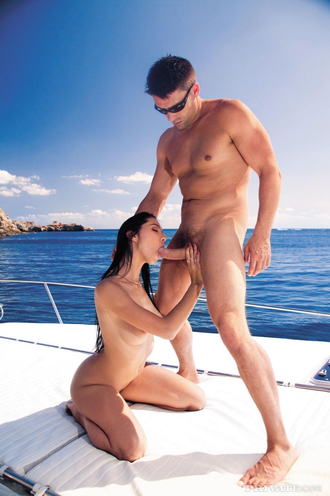 секс с двумя парнями на яхте а потом на берегу