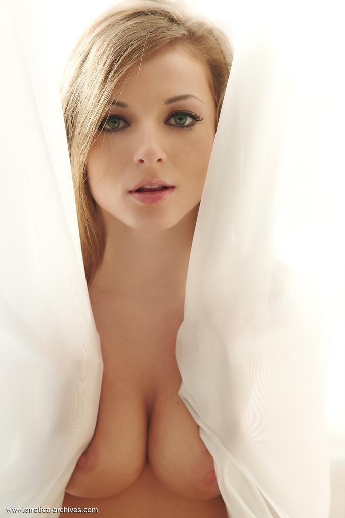 Нежная девушка с узкой попкой и красивой киской