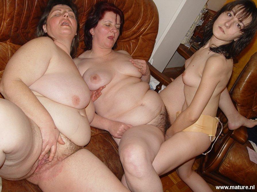 Пожилые женщины дают лизать пизду молодой девахе