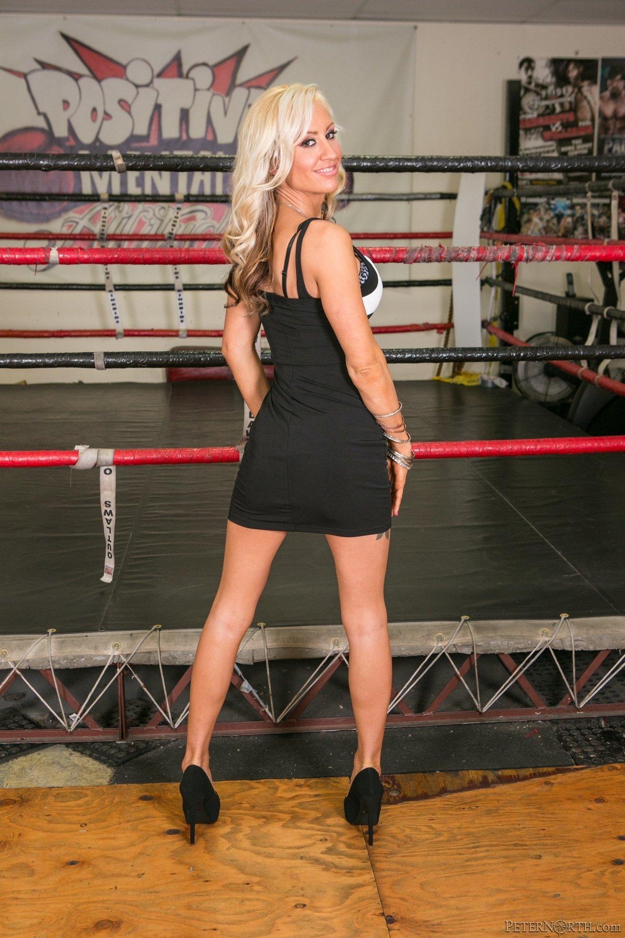 Татуированная блондинка оголилась на боксерском ринге