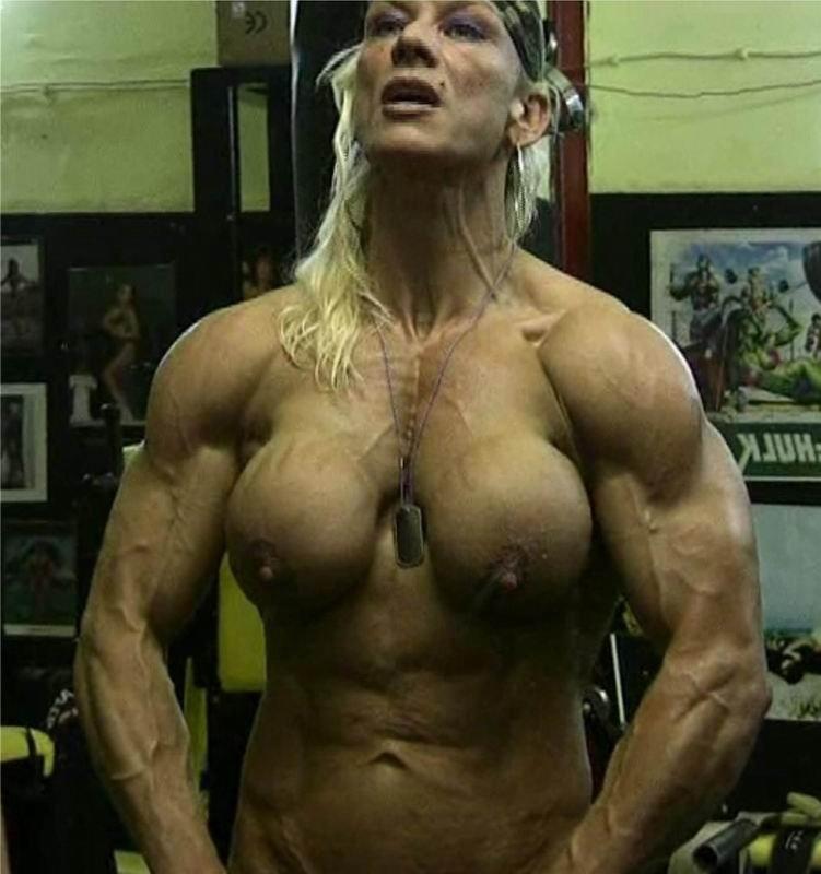 Ню страшненькой женщины качка в спортзале