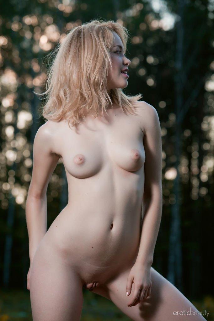 Эротичная бледная блонда в лесу