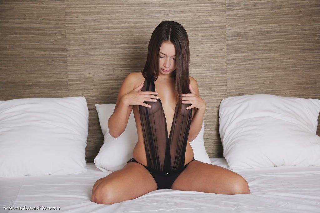 Длинноволосая шатенка показывает гладкую киску