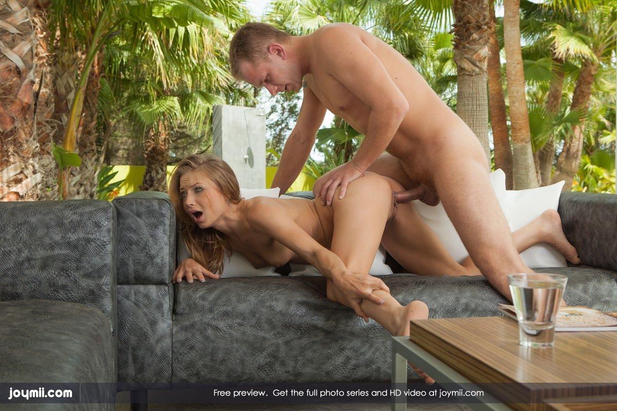 Секс в саду милой блондинкой