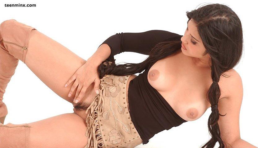 Индийская модель в сапогах, но с голой киской под короткой юбкой