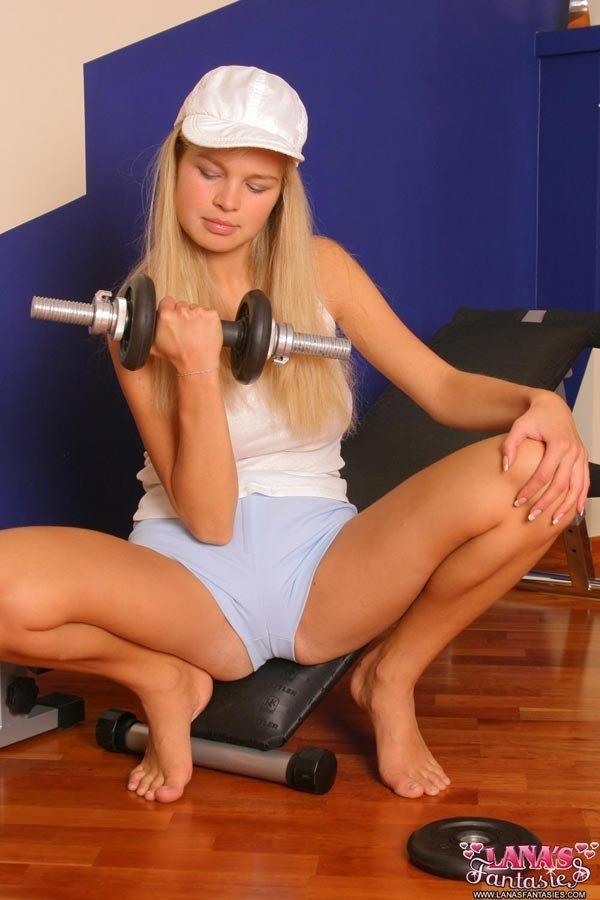 В спортзале девушка фантазирует о сексе с качками