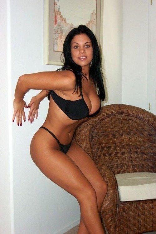 Похожая на индианку девушка снимает нижнее белье