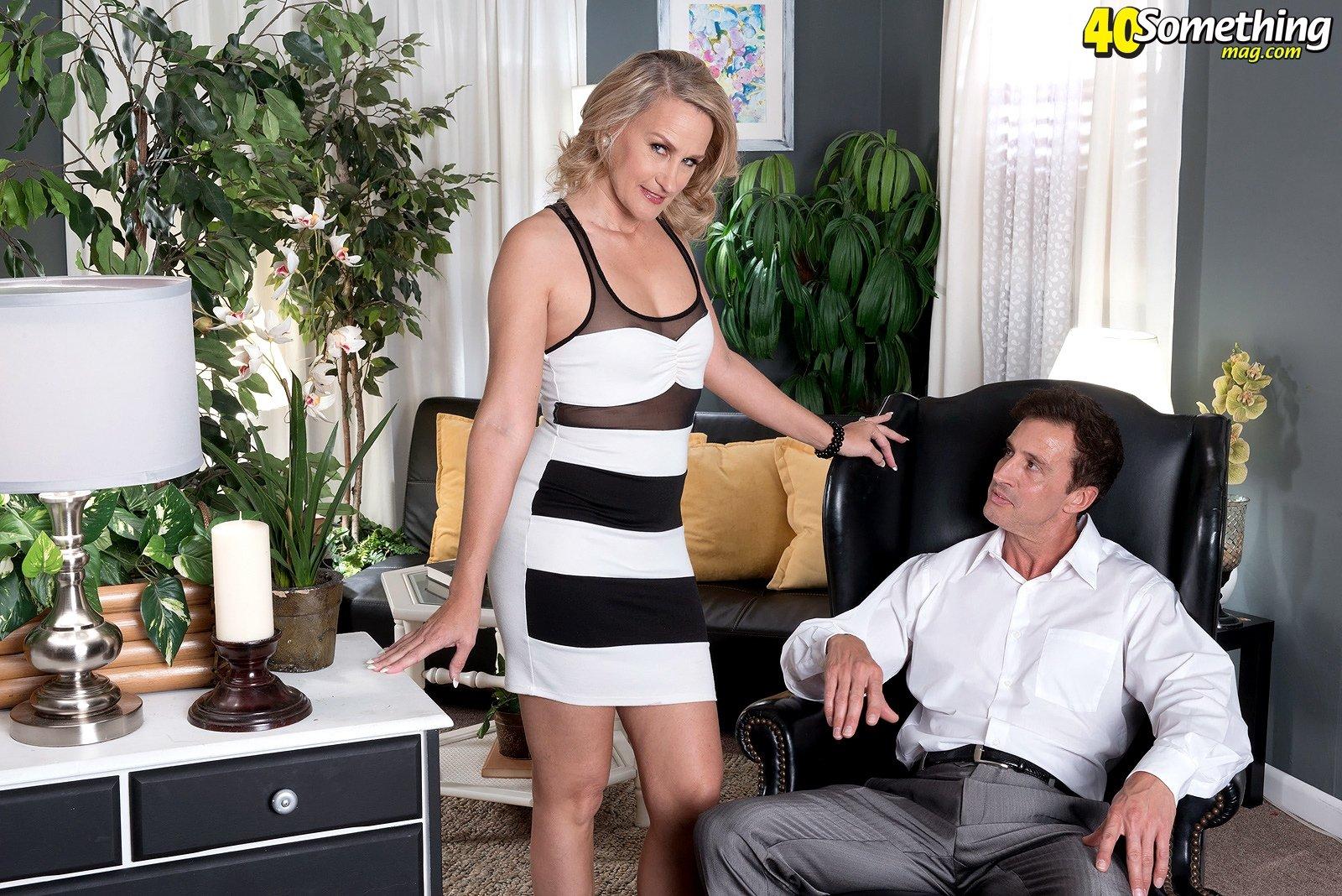 Статная женщина на каблуках дает трогать за пизду мужику и держит его за хуй