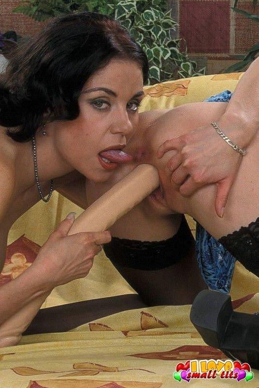 Худые женщины и большая секс игрушка