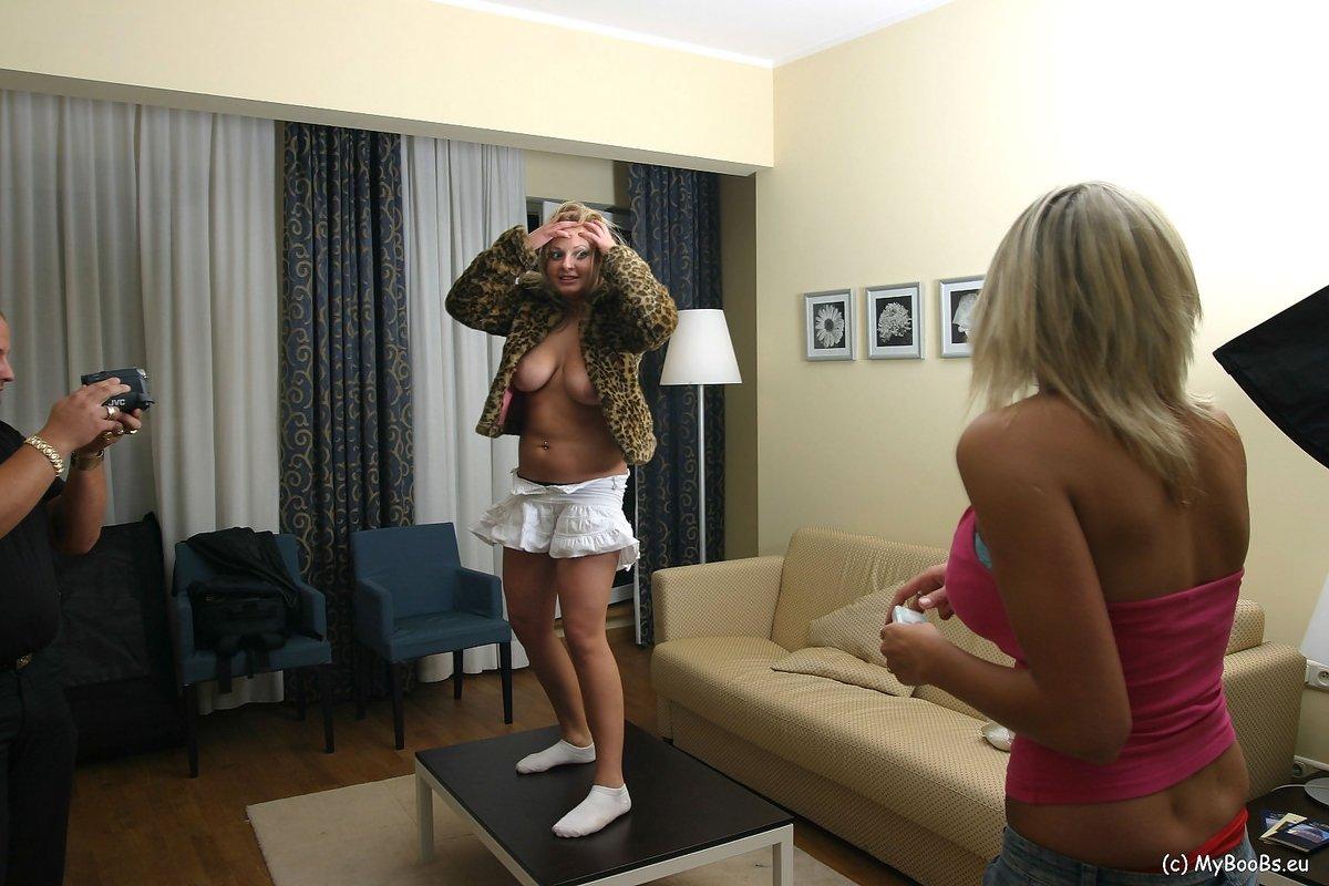 Женщины танцуют обнажив сиськи