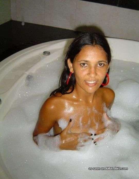 Худая латиноамериканка впервые в жизни залезла в джакузи