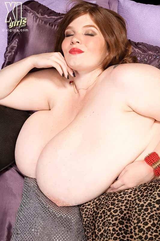 Толстушка с огромной грудью в нижнем белье