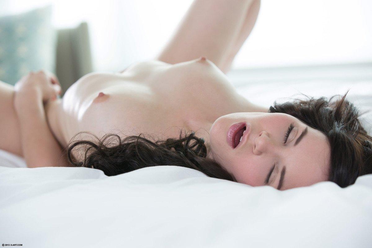 Стройная брюнетка снимает ночнушку и начинает мастурбировать