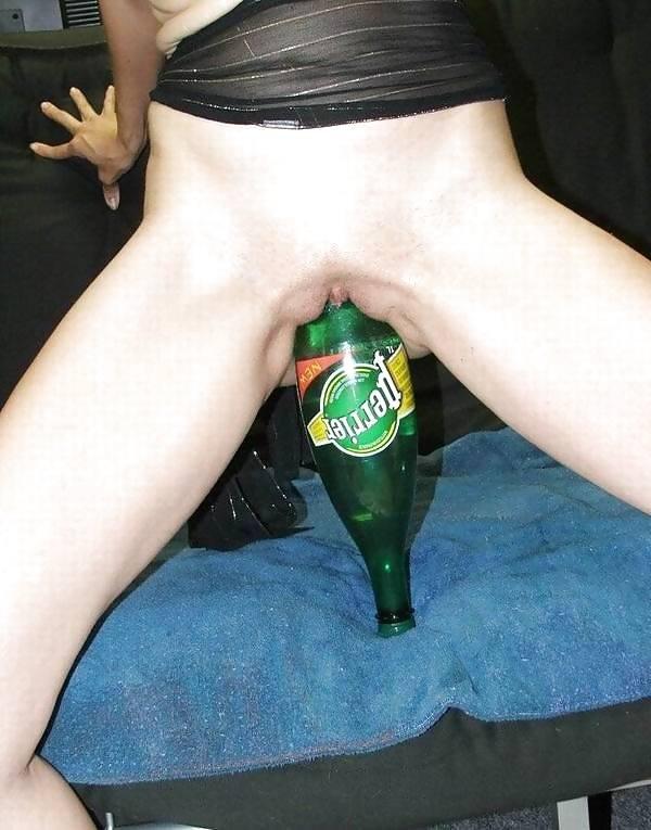 Пьяной девушке в лифте суют бутылку шампанского
