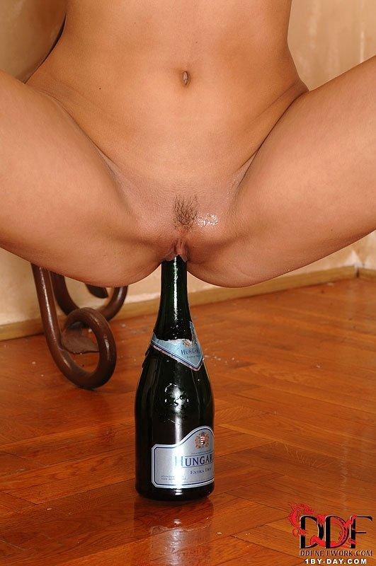 девушка села на шампанское порно знаешь