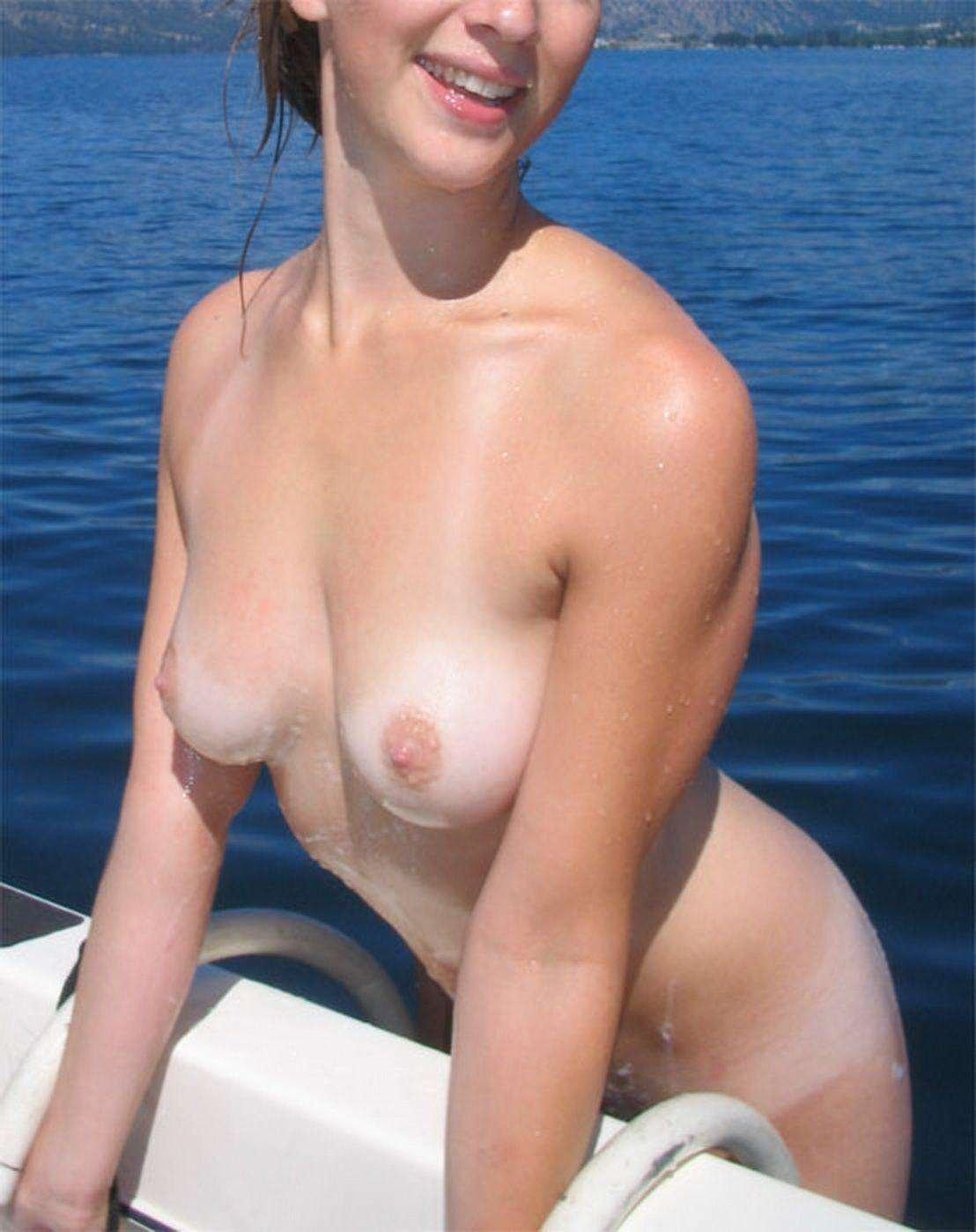 За прогулку на яхте худая шлюшка согласна на все что угодно
