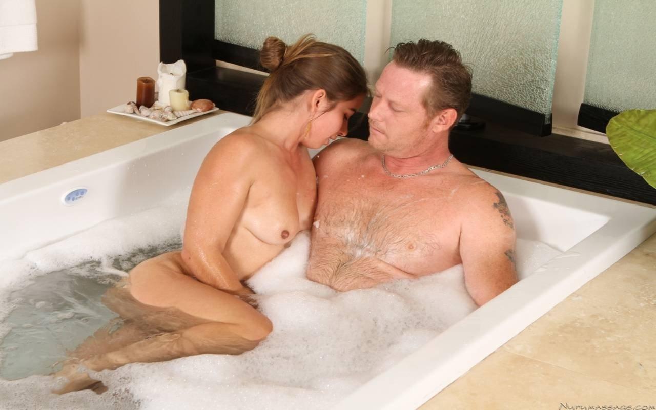 Девчонка принимает ванну со взрослым мужчиной