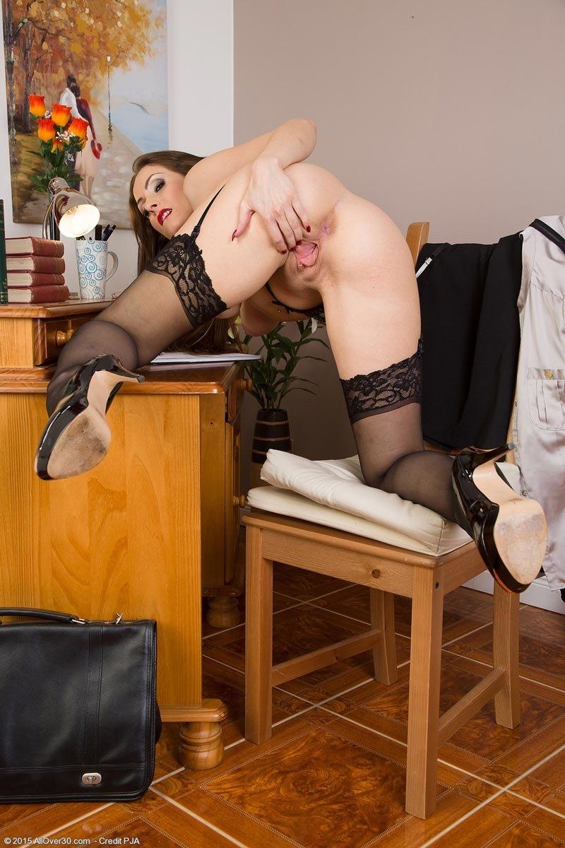 Одинокая женщина скучает на работе и со скуки разделась, может зайдет кто и выебет?