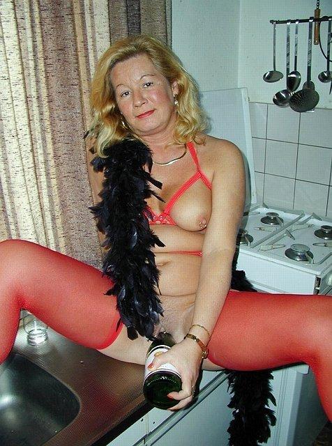 Одинокая зрелая женщина и бутылка шампанского