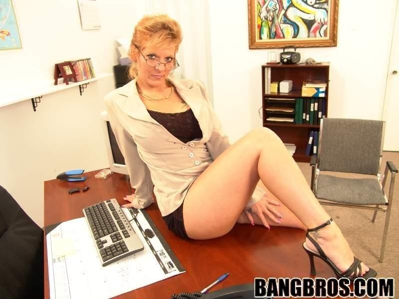 Зрелая секретарша и молодой босс ебутся в кабинете на столе