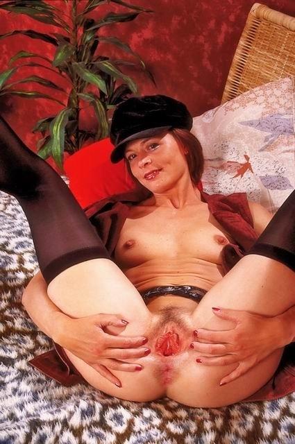Женщина в кепке трахает дилдом розовую щель между ног