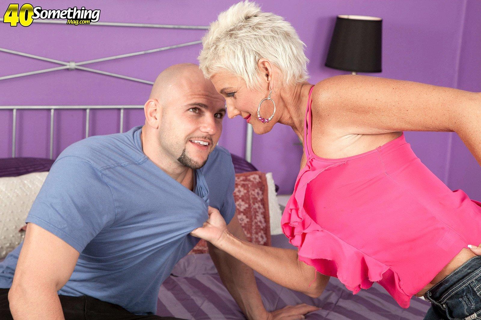 Зрелая блондинка культурно попросила лысого парня трахнуть ее
