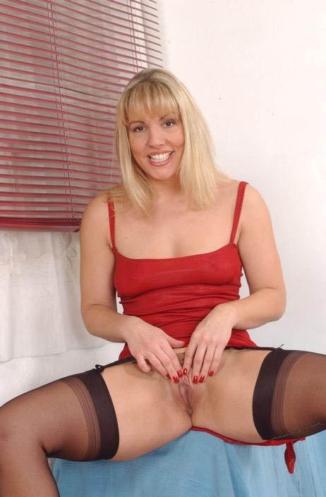 Зрелая блондинка показала промежность
