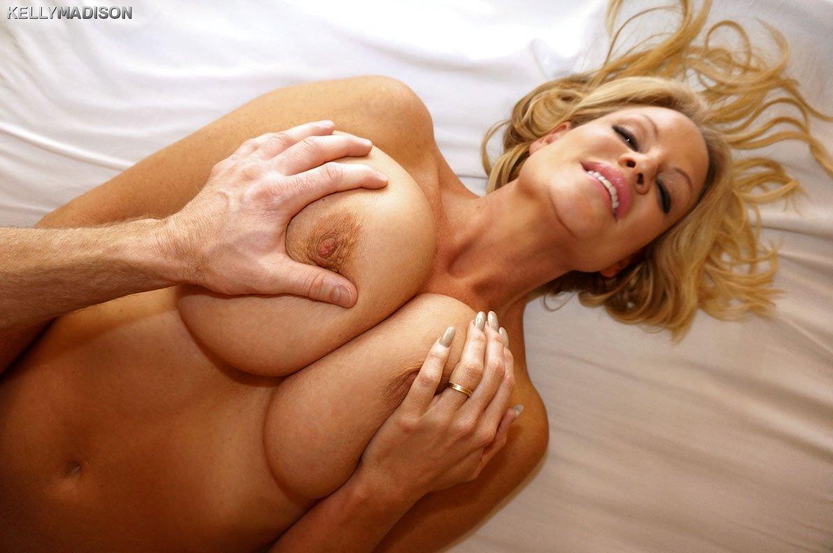 Блондинку с прекрасным бюстом трогают за грудью порно